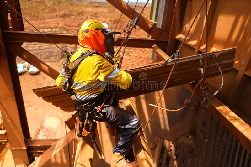 Chicote de fios de segurança vestindo da manutenção do acesso da corda, capacete que abseiling com as duas cordas que assentam a  imagem de stock royalty free