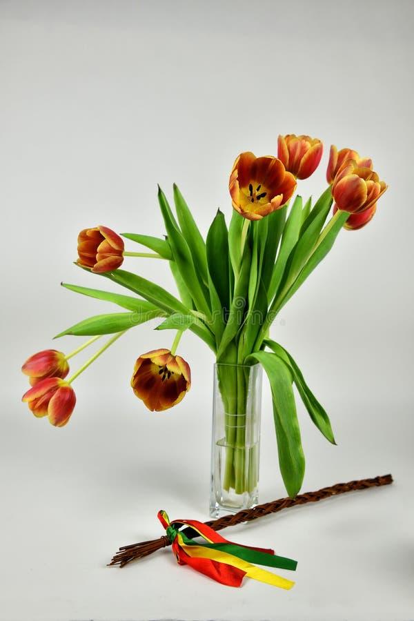 Chicote e tulipans da Páscoa imagem de stock