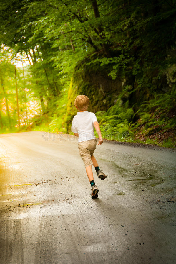 Chid бежит в лесе стоковое фото