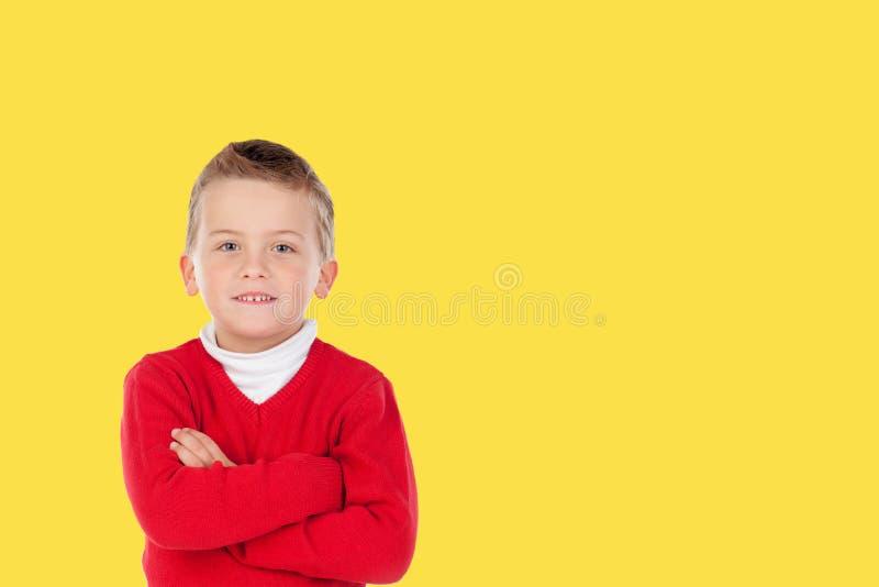 Chid de petit garçon de photo avec un fond jaune photos libres de droits