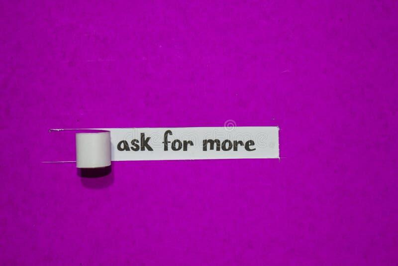 Chieda più, il concetto di ispirazione, di motivazione e di affari su carta lacerata porpora fotografia stock