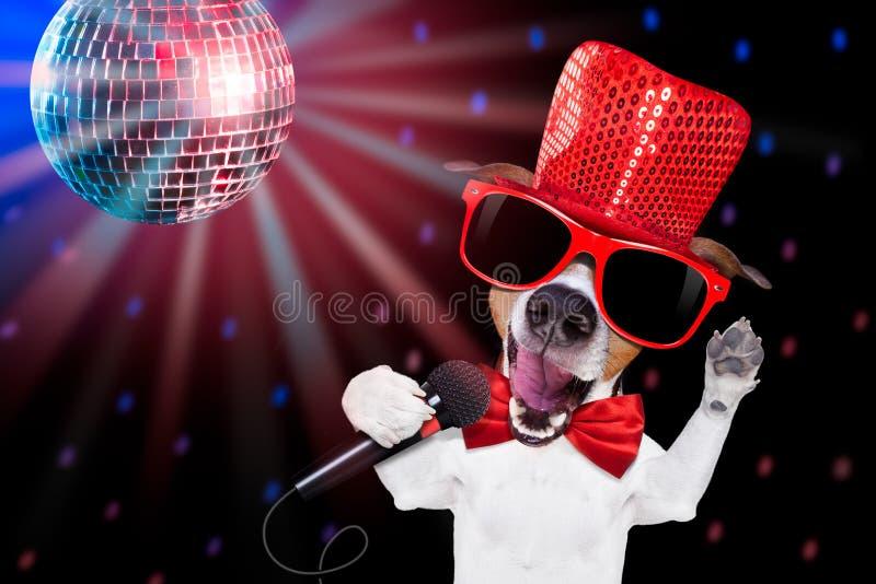 Chien de chant de karaoke photos libres de droits