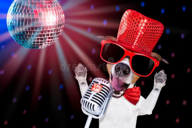 Chien de chant de karaoke images libres de droits