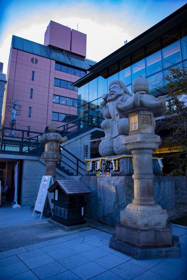 Chien de gardien de statue au tombeau de Kanda ? Tokyo image stock