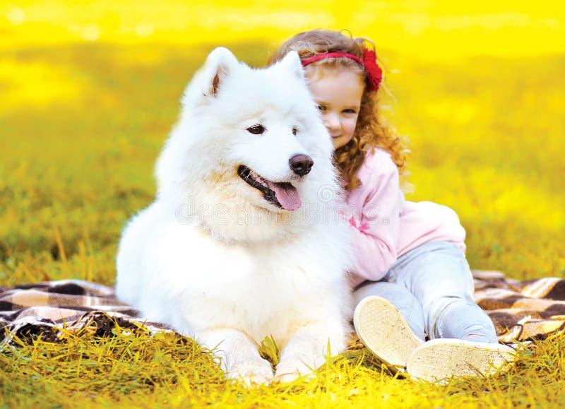 Chien et enfant de photo d'automne ayant l'amusement photos libres de droits