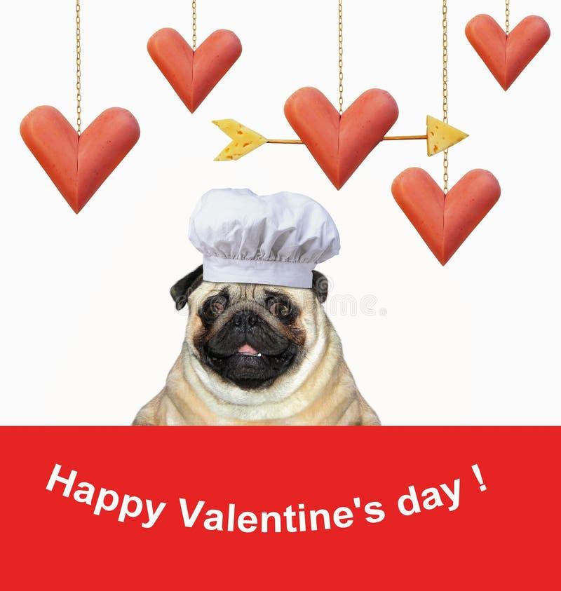 Chien près des saucisses en forme de coeur drôles image stock