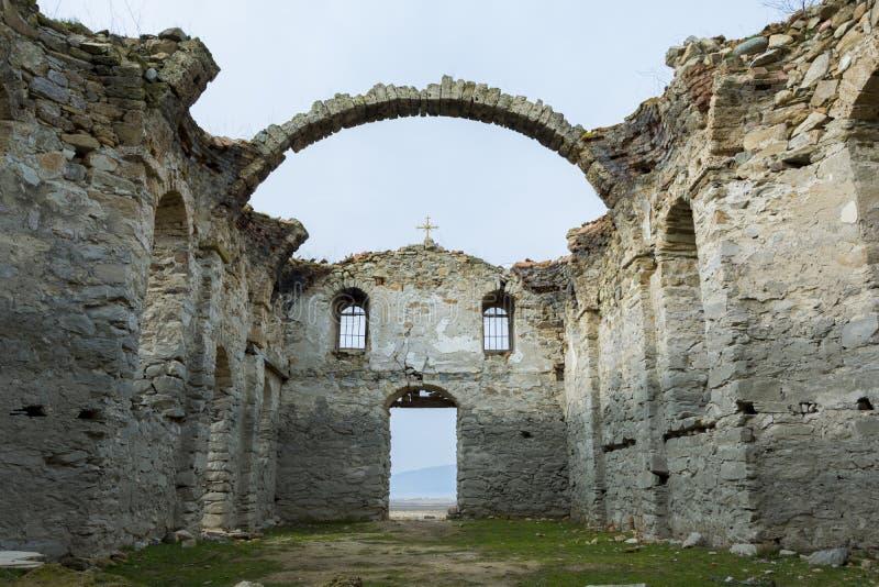 Chiesa abbandonata in diga Jrebchevo, Bulgaria fotografie stock