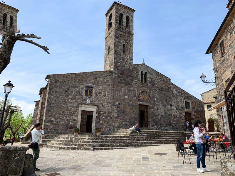 Chiesa antica di Radicofani, un villaggio medievale con un castello e le case di pietra fotografie stock