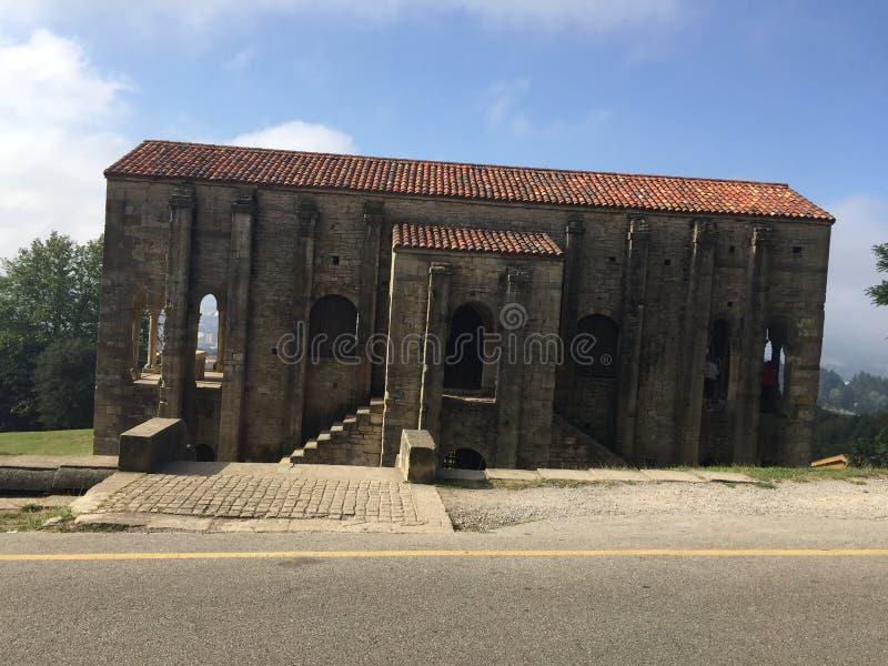 Chiesa antica sul supporto Naranco a Oviedo Asturie Spagna immagini stock