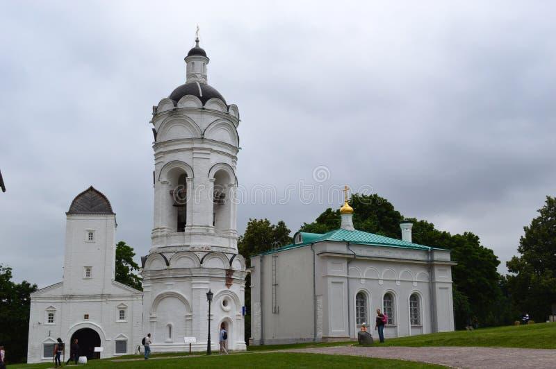 Chiesa bianca, cielo grigio, foresta verde fotografie stock