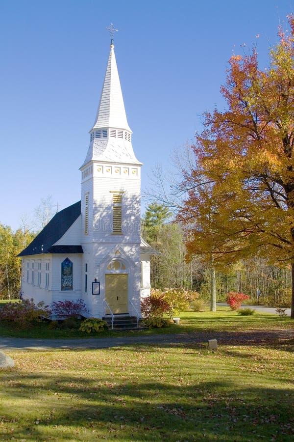Chiesa bianca classica delle montagne in autunno fotografia stock libera da diritti
