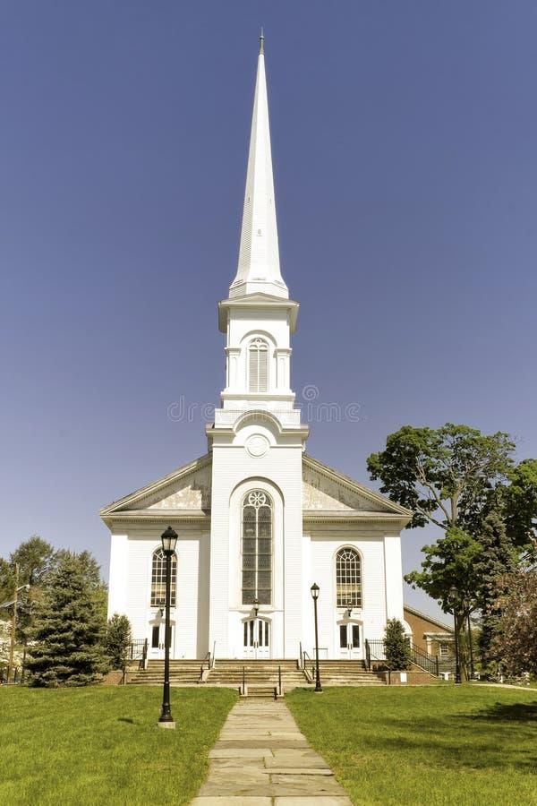 Chiesa bianca con Steeple alto fotografia stock libera da diritti