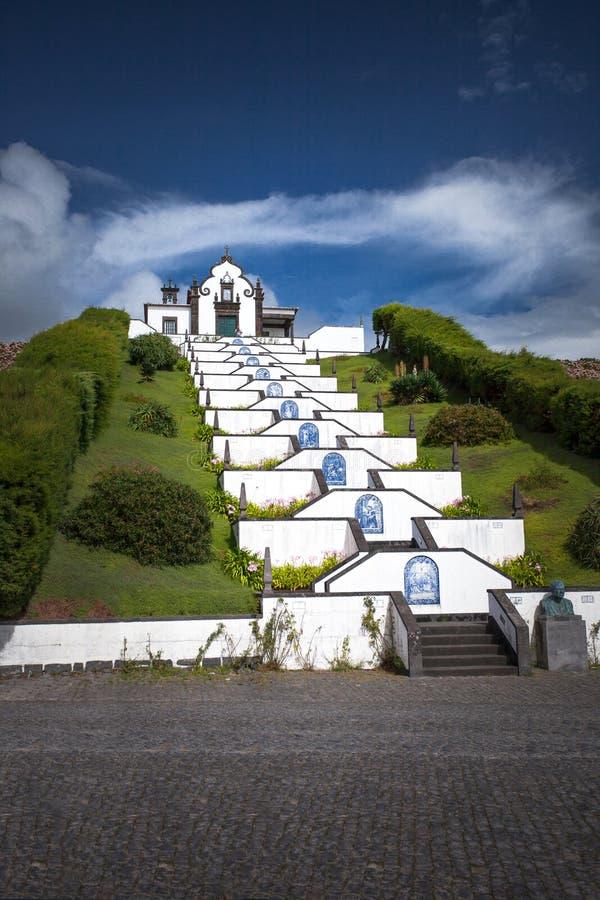 Chiesa bianca della cappella in Azzorre sole- Portogallo fotografia stock libera da diritti