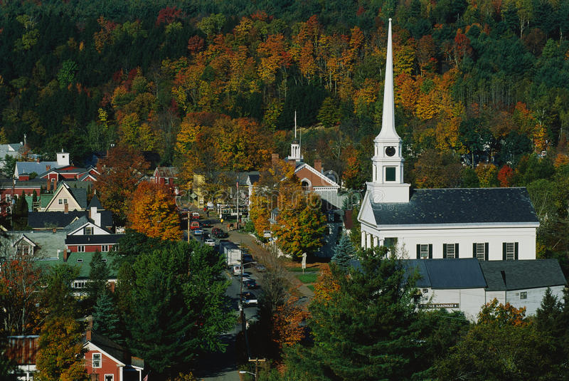 Chiesa bianca di stile della Nuova Inghilterra fotografia stock libera da diritti