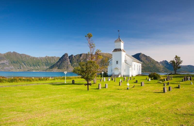 Chiesa bianca e piccolo cimitero in Bardstrand, Norvegia immagini stock libere da diritti