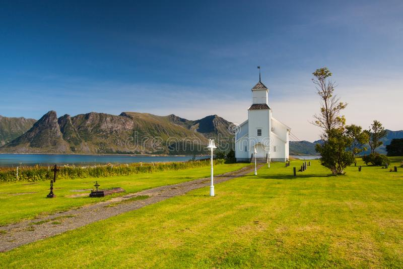 Chiesa bianca e piccolo cimitero in Bardstrand, Norvegia fotografia stock libera da diritti