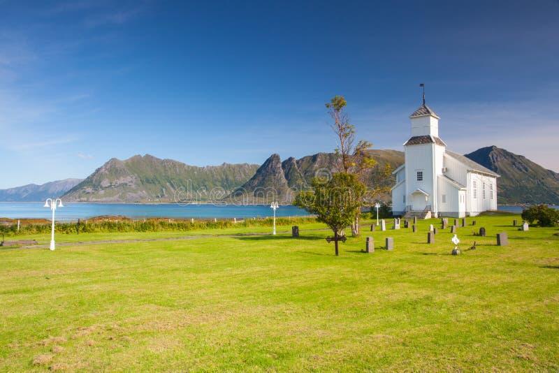 Chiesa bianca e piccolo cimitero in Bardstrand, Norvegia fotografie stock libere da diritti
