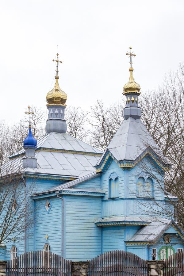 Chiesa blu di legno Bella costruzione di chiesa blu ortodossa in Ucraina immagine stock libera da diritti