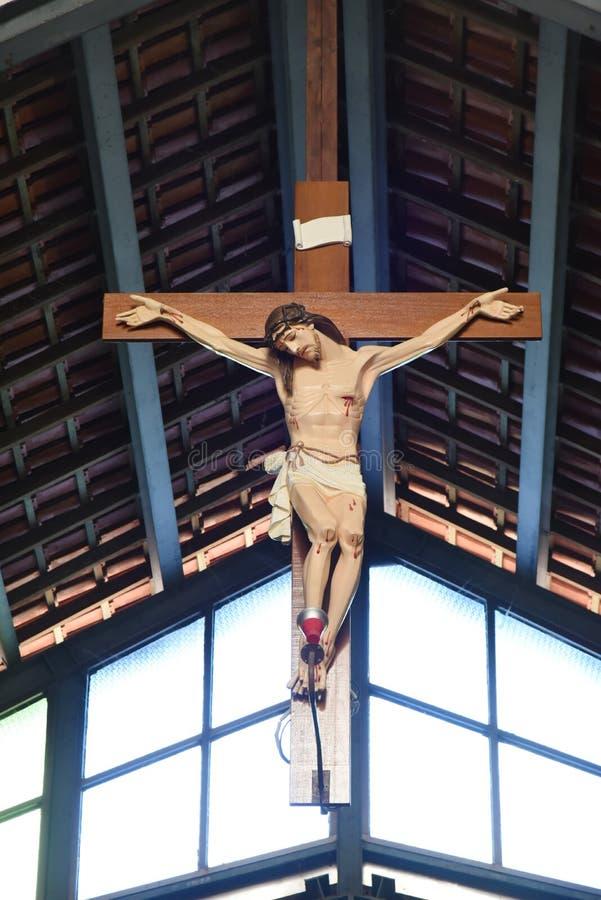 Chiesa cattolica e Jesus Christ sulla croce fotografia stock libera da diritti