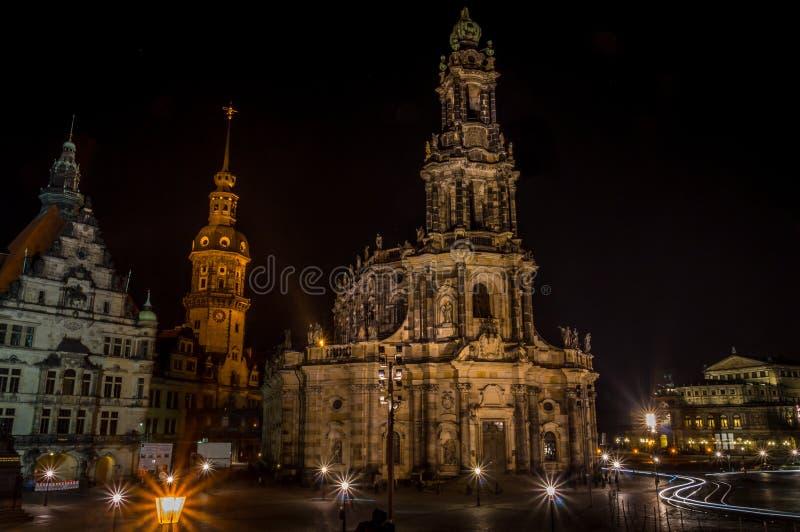 Chiesa cattolica Katholische Hofkirche della corte nel centro di vecchia città a Dresda alla notte fotografia stock libera da diritti