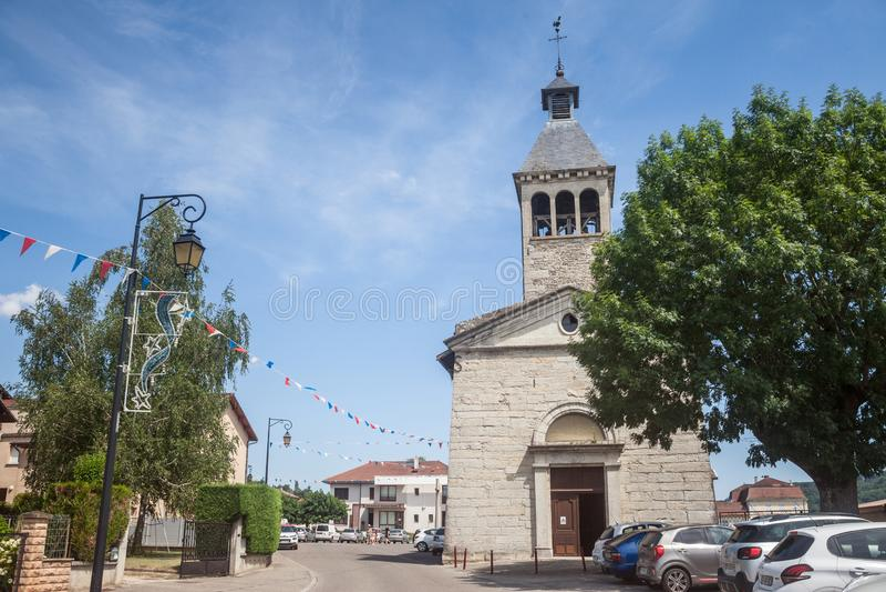 Chiesa cattolica nel centro di Saint Savin, un tipico villaggio francese della campagna di Isere, nella provincia di Dauphine fotografie stock libere da diritti