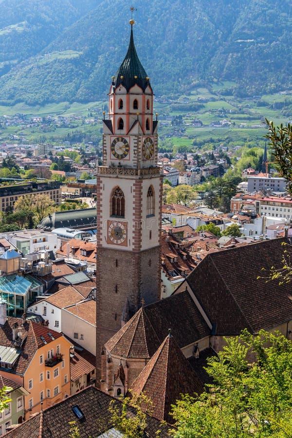 Chiesa cattolica principale, Sankt Nikolaus Stadtpfarrkirche, con orizzonte nei precedenti di Meran Merano Provincia Bolzano, sud fotografie stock