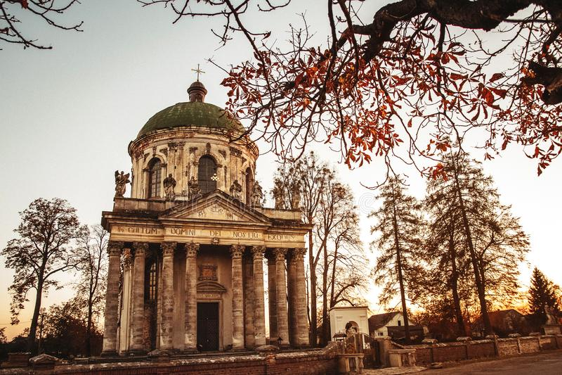 Chiesa cattolica romana barrocco di St Joseph in Pidhirtsi Il villaggio di Pidhirtsi è situato nella provincia di Leopoli, Ucrain fotografia stock