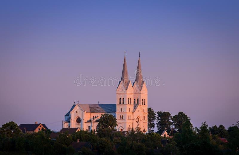 Chiesa cattolica sul tramonto immagini stock
