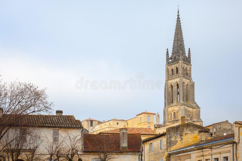 Chiesa collegiale Eglise Collegiale di Saint Emilion, Francia, presa durante il pomeriggio soleggiato circondata dalla parte medi immagini stock