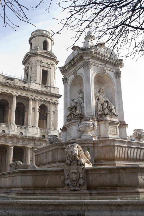 Chiesa con la monumento-fontana immagini stock libere da diritti