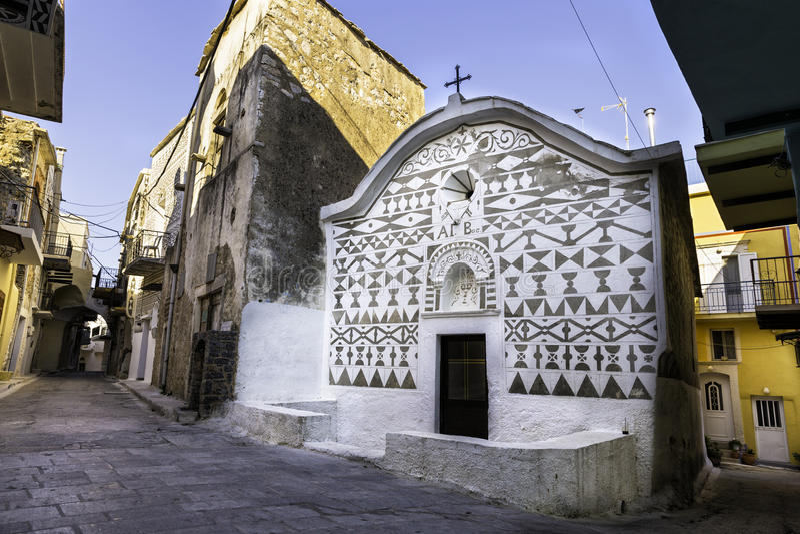 Chiesa con la parete domestica che scolpisce progettazione in Pyrgi immagini stock libere da diritti