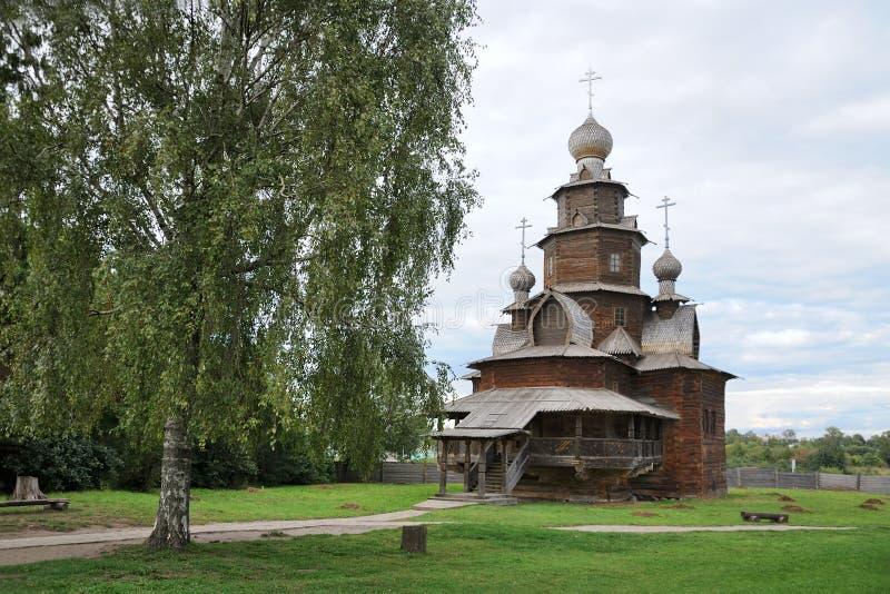 Chiesa con un albero di betulla - Suzdal'di trasfigurazione fotografia stock