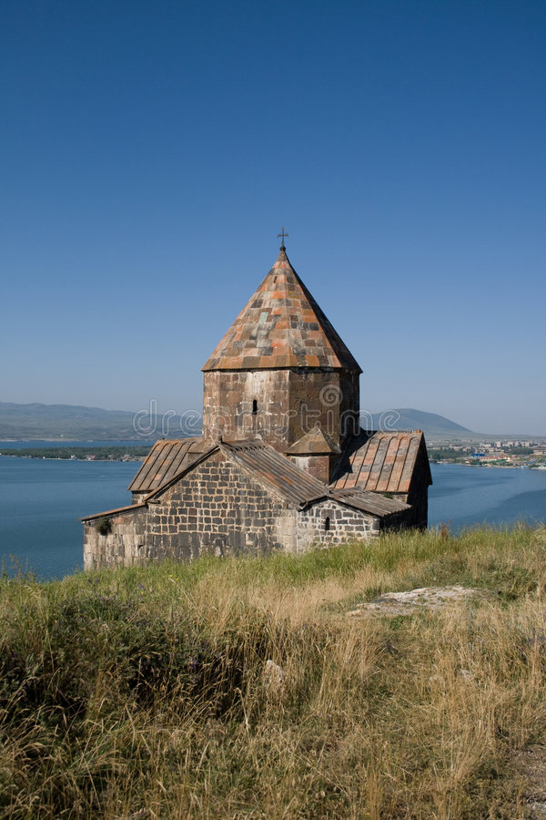 Chiesa dal lago Sevan immagine stock