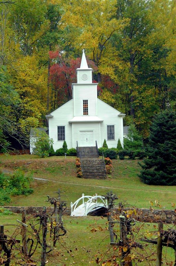 Chiesa del paese con il supporto conico di uva fotografia stock libera da diritti