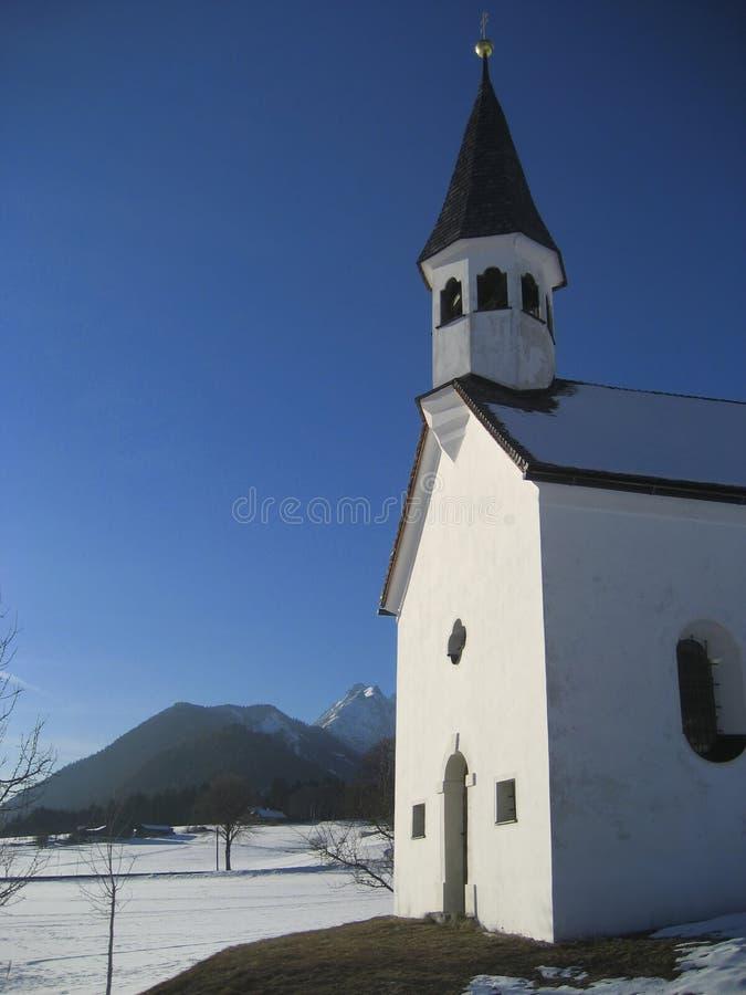 Chiesa del paese in inverno fotografia stock libera da diritti