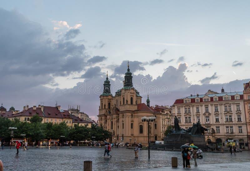 Chiesa del quadrato e di San Nicola del ` s Città Vecchia di Praga al tramonto dopo la pioggia fotografia stock libera da diritti