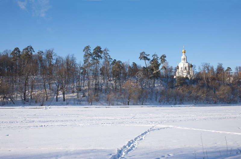 Chiesa del Russo del eith di paesaggio di inverno fotografia stock libera da diritti