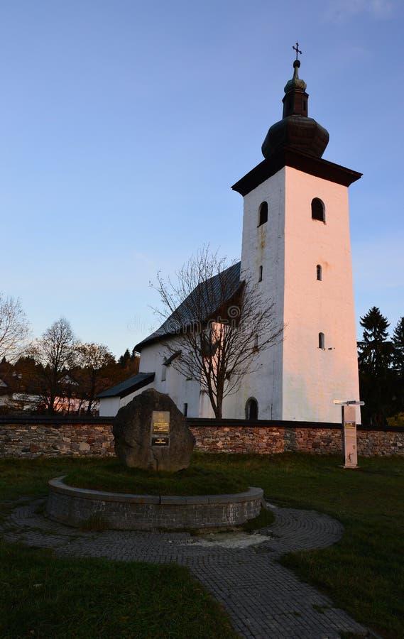 Chiesa del san John The Baptist e centro geografico della marcatura di pietra di Europa nel veleno di Kremnicke, Slovacchia fotografie stock libere da diritti