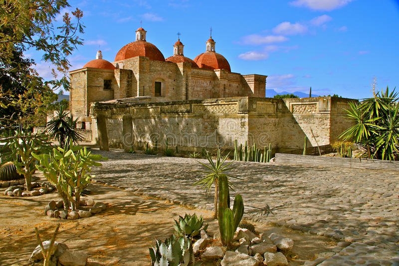 Chiesa del San Pablo e rovine di Zapotec in Mitla fotografia stock libera da diritti