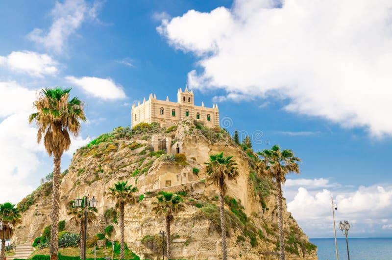 Chiesa del santuario del monastero del dell Isola di Santa Maria sopra roccia del mar Tirreno e delle palme verdi, cielo blu con  fotografia stock