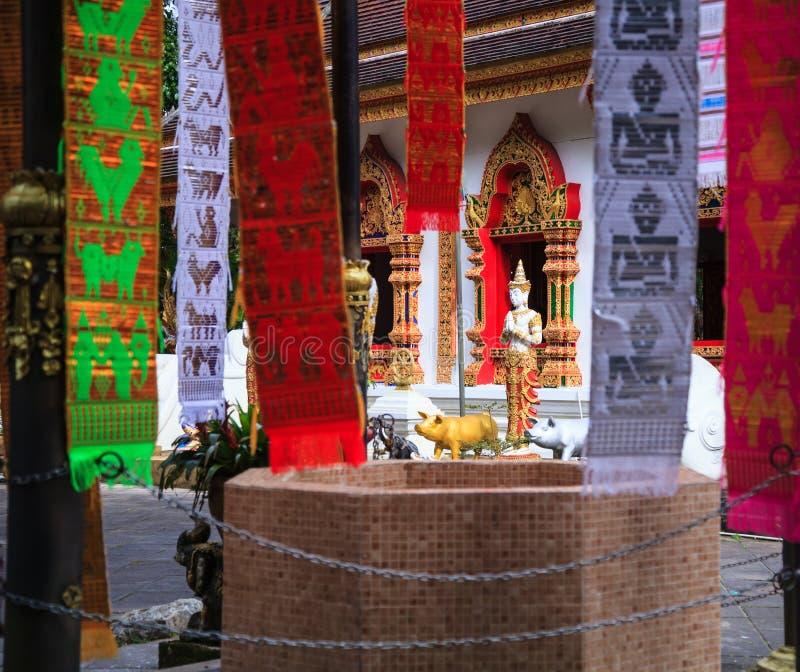 Chiesa del tempio di Wat Phra That Doi Tung con il pubblico dominio che contiene la reliquia del ` s di Buddha, considerata come  fotografia stock libera da diritti