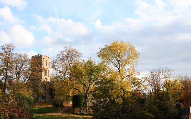 Chiesa del villaggio in autunno. immagine stock