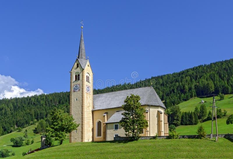 Chiesa del villaggio su una collina fotografie stock libere da diritti