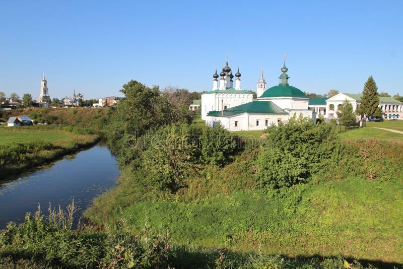 Chiesa dell'entrata in Gerusalemme e nella chiesa in Suzdal', Russia di Pyatnitskaya fotografie stock