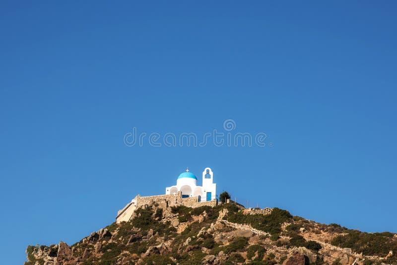 Chiesa dell'isola di Nisyros con il cielo ed il sole del montain fotografie stock