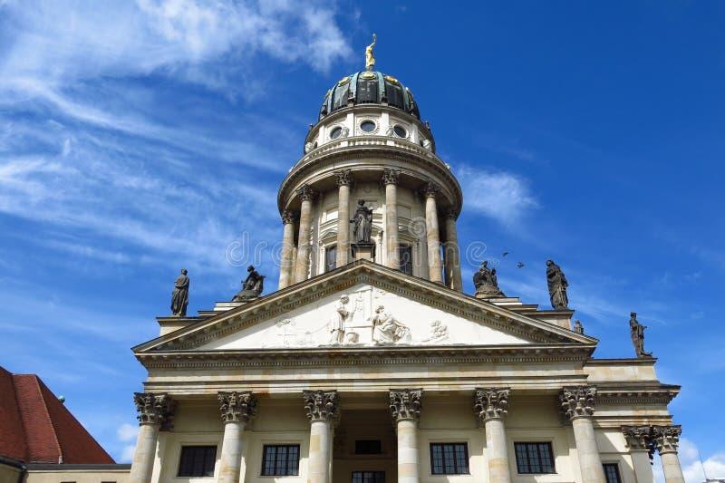 Chiesa della cattedrale di Berlin French il giorno del cielo blu del quadrato di Gendarmenmarkt immagine stock libera da diritti