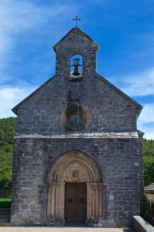 Chiesa della condizione di Santiago su Pirenei, il lato spagnolo, sul modo all'itinerario del pellegrino di Santiago de Compostel fotografia stock libera da diritti