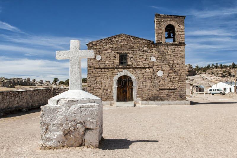 Chiesa della gesuita nel villaggio di Tarahumara vicino alla rastrelliera, Messico fotografia stock libera da diritti