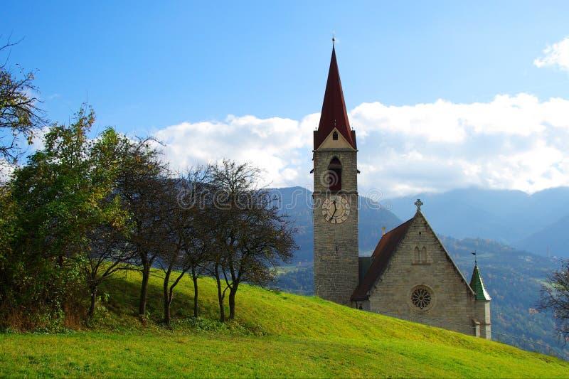 Chiesa della montagna, una destinazione per gli scalatori e viandanti fotografia stock libera da diritti