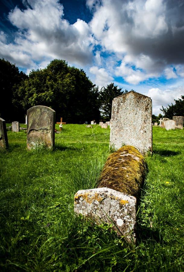 Chiesa della proprietà con le pietre delle tombe immagini stock libere da diritti